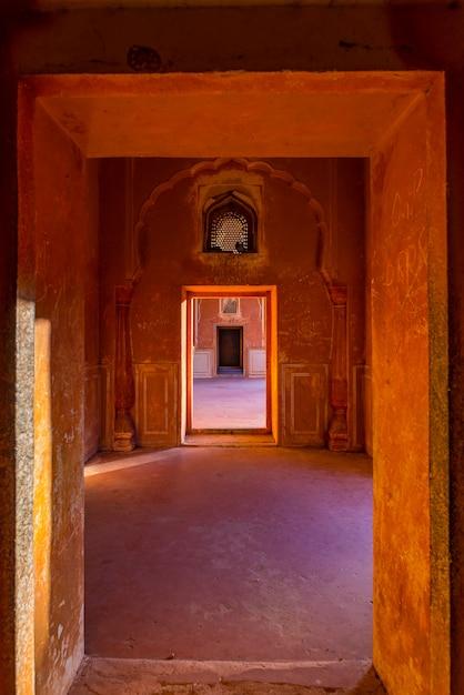 Puertas forradas y pasillos en pasillo de tonos naranjas con paredes decoradas Foto Premium