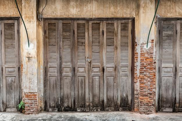 Puertas de madera de casa antigua. Foto Premium
