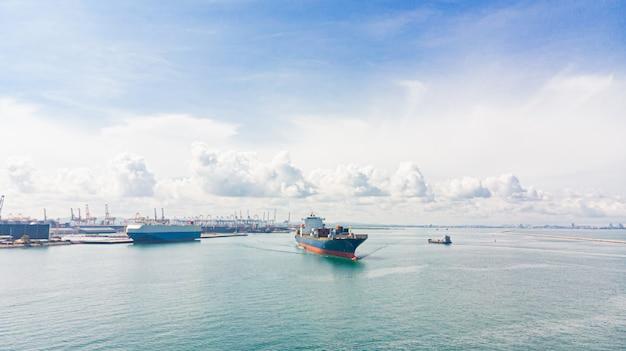 Puerto de comercio / envío - carga a puerto. vista aérea del flete marítimo. Foto Premium