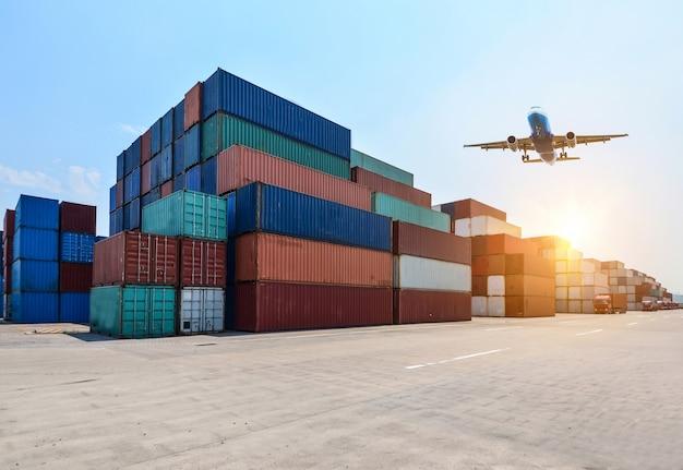 Puerto industrial y patio de contenedores Foto Gratis