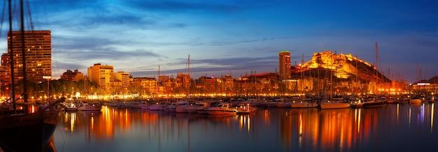 Puerto en la noche. alicante, españa Foto gratis