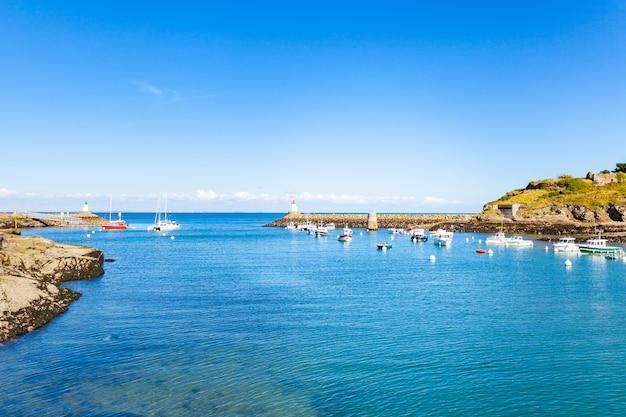 Puerto de sauzon en francia en la isla belle ile en mer en morbihan Foto Premium
