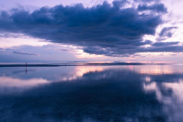 Puesta de sol espectacular gran nube de lluvia tropical cielo azul y mar Foto Premium