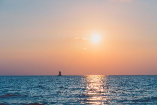 Puesta de sol con mar Foto gratis