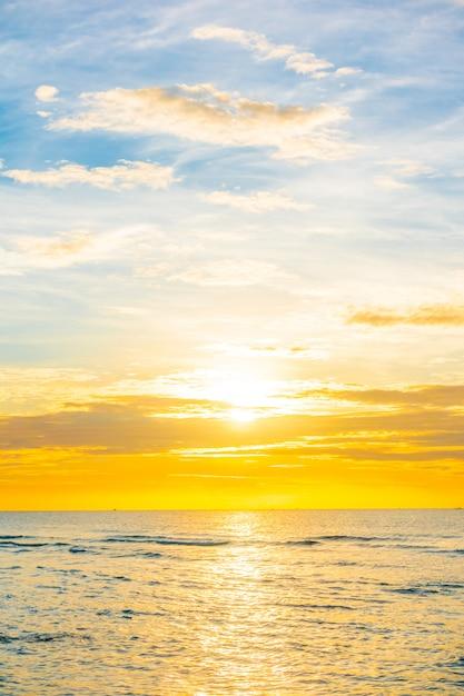 Puesta de sol en la playa Foto gratis
