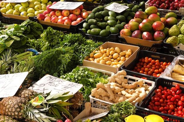 Puesto de verduras frescas y mercado de frutas abastecen a los compradores online.