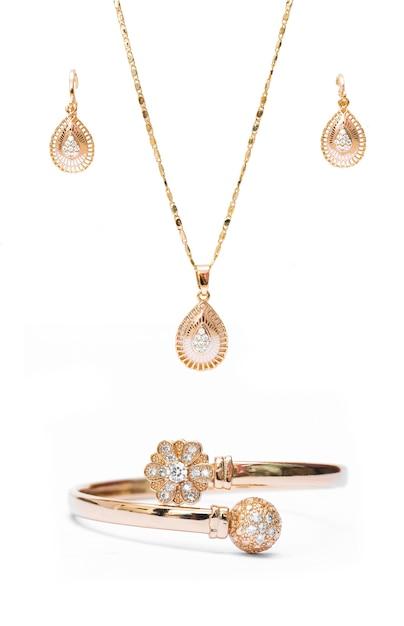 ac2c0be71b47 Pulsera de collar de oro y joyas de anillos de oreja aislados sobre fondo  blanco