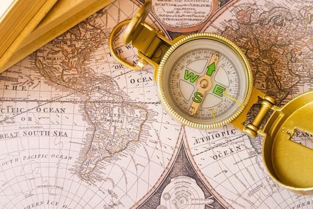Puntos cardinales en un mapa antiguo Foto gratis