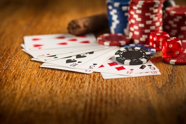 Puros, papas fritas para jugar, beber y jugar a las cartas Foto gratis