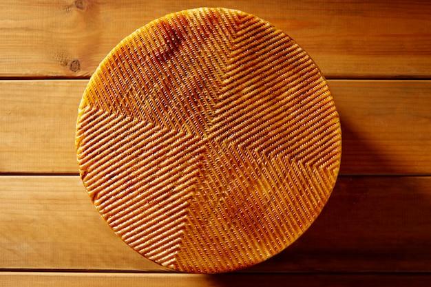 Queso manchego de españa en mesa de madera. Foto Premium