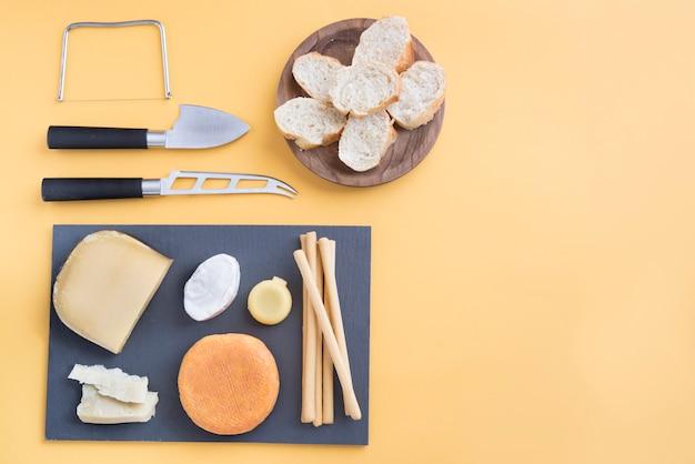 Queso y pan para picar Foto Premium