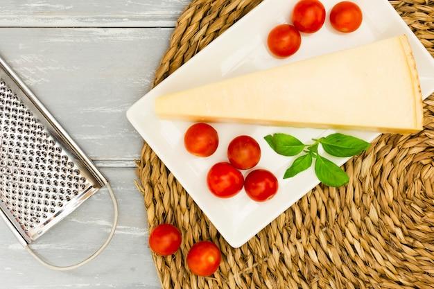 Queso con tomate y menta Foto gratis