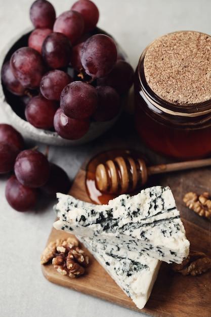 Queso y uvas Foto gratis