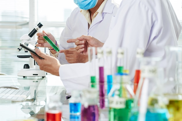 Químicos que llevan a cabo el experimento Foto gratis