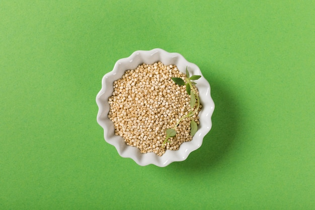 Quinua en tazones blancos Foto Premium