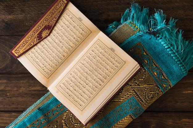 Quran en estera enrollada Foto gratis