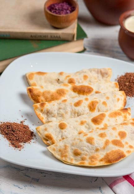 Qutab caucásico, kutab, gozleme servido con sumakh, hierbas y yogurt. Foto gratis