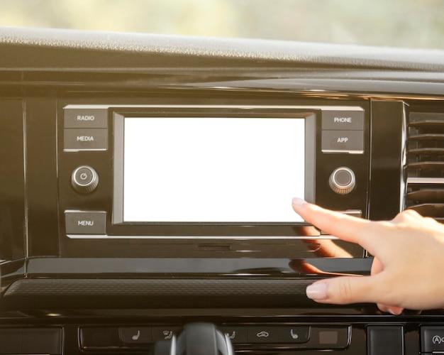 Radio de coche y mano de primer plano Foto gratis