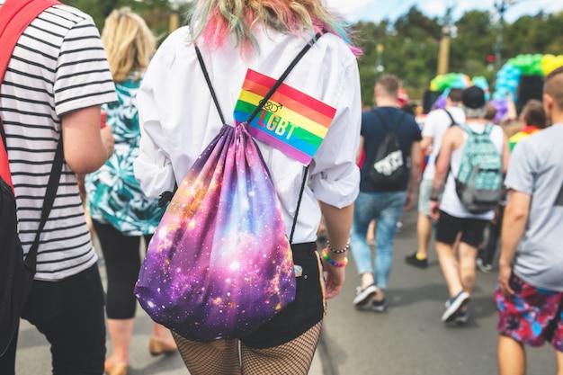 Rainbow bandera de lgbt en una mochila de una niña. Foto Premium