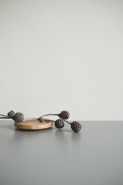 Rama de conos de pino en tabla de madera Foto gratis