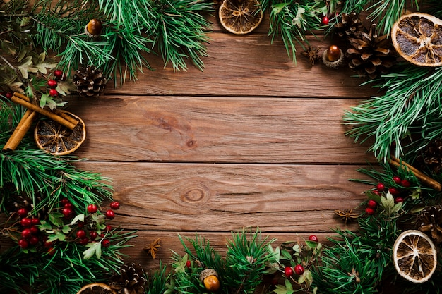 Ramas de abeto de navidad en tablero de madera Foto gratis