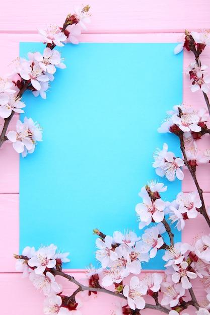Ramas florecientes de la primavera en de madera rosado con el copyspace. Foto Premium