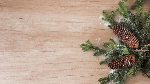 Ramitas de coníferas, enganches y adornos de nieve. Foto gratis