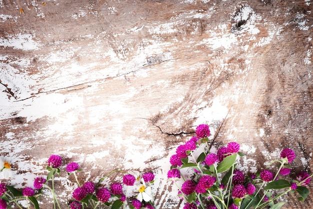 Fondo De Flores Vintage: Ramo De Flores De Colores En El Fondo De Madera De época