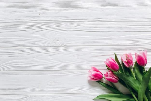 Fondos Para El Dia De Las Madres: Ramo De Tulipanes Frescos Sobre Un Fondo Blanco De Madera