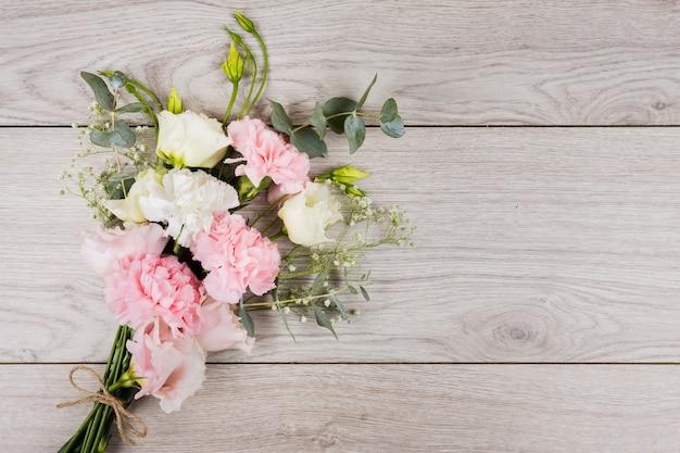 Ramo de flores en el espacio de la copia Foto gratis