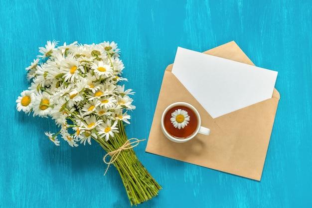 Ramo de flores de manzanilla. Foto Premium