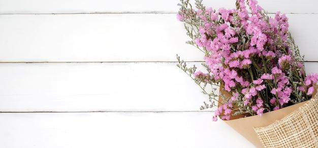 Fondo De Madera Vintage Con Flores Blancas Manzana Y: Ramo De Flores Silvestres En El Fondo De Madera Blanca