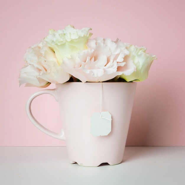 Ramo de flores en la taza de té Foto gratis