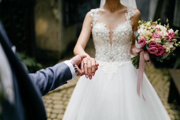 Ramo de novia en manos de la novia Foto gratis