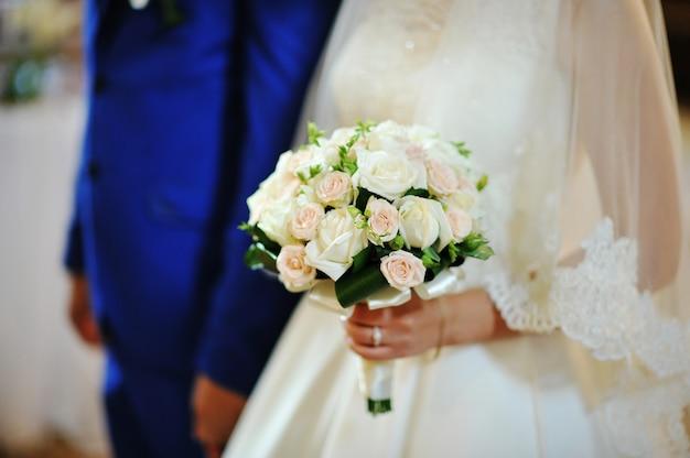 Ramo de novia en manos de la novia Foto Premium