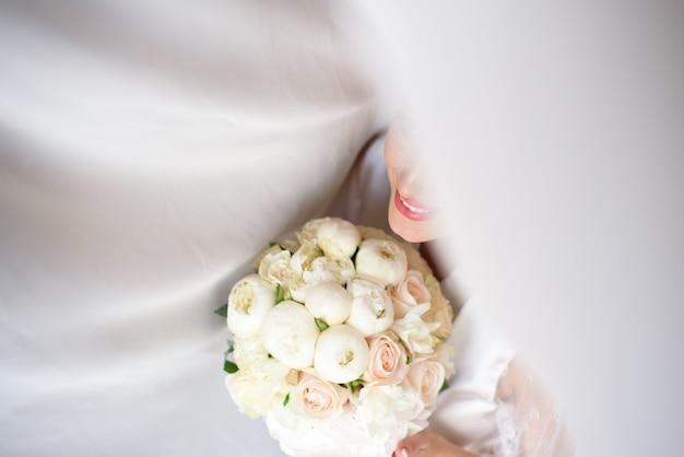 Ramo de novia, ramo de hermosas flores en el día de la boda Foto Premium