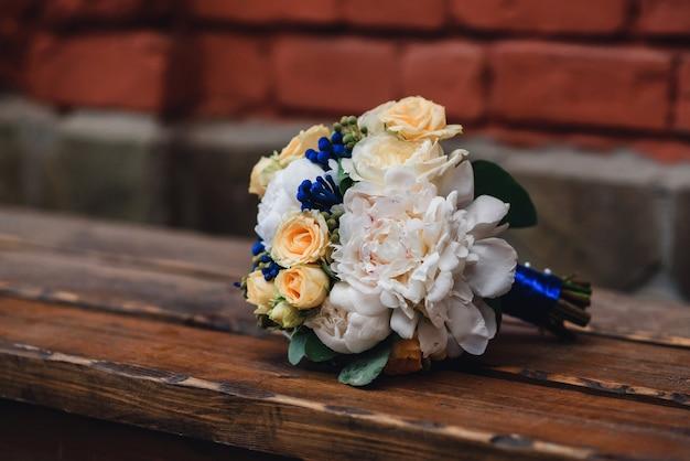 Ramo de novia con rosas amarillas y peonías blancas Foto Premium
