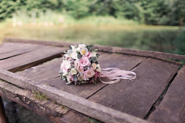 Ramo de novia sobre tabla de madera Foto Premium
