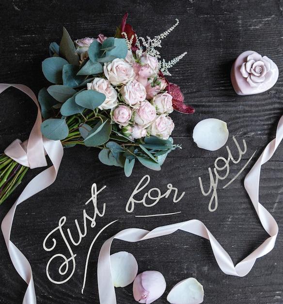 Ramo de rosas blancas sobre la mesa Foto gratis