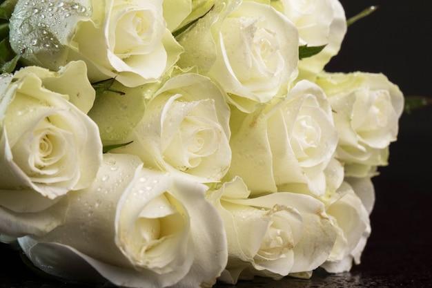Ramo de rosas blancas Foto gratis