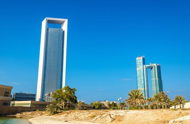 Rascacielos en abu dhabi, la capital de los emiratos Foto Premium