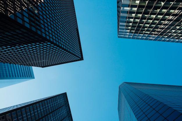 Rascacielos y cielo azul claro. Foto gratis