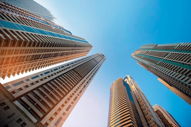 Rascacielos contra el cielo. vidrio de construcción Foto Premium
