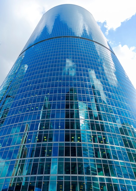Rascacielos de cristal en el centro de la ciudad, edificios modernos, Foto Premium