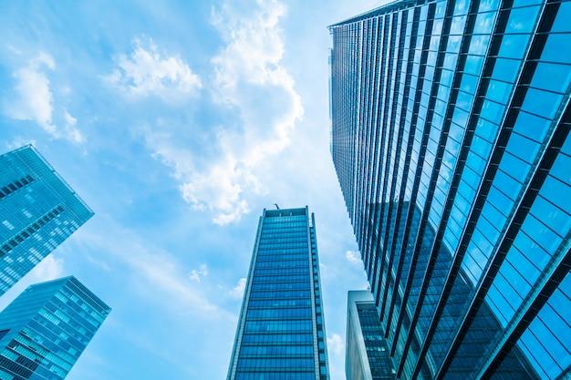 Rascacielos hermoso del edificio de oficinas de la arquitectura con el modelo del vidrio de la ventana Foto gratis