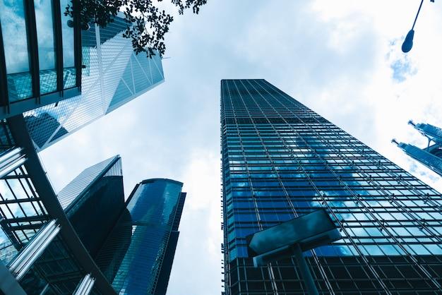 Rascacielos en hong kong, vista a la ciudad en filtro azul Foto Premium