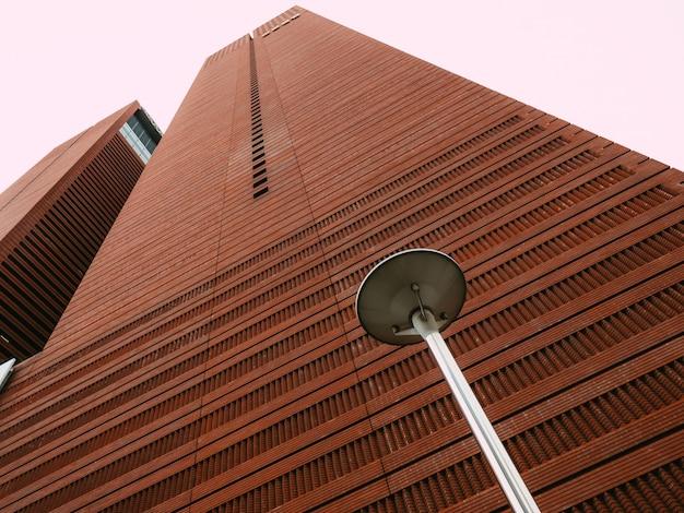 Rascacielos marrón con farol callejero Foto Premium