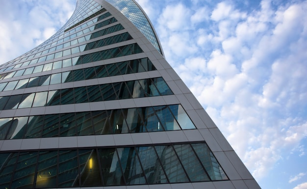 Rascacielos de negocios modernos comunes, edificios de gran altura, arquitectura que eleva al cielo, sol. conceptos de finanzas, economía, futuro, etc. Foto Premium