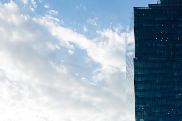 Rascacielos de oficinas en el distrito de negocios Foto gratis