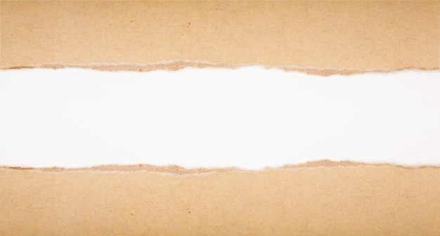 Rasgado en papel marrón sobre fondo blanco Foto gratis